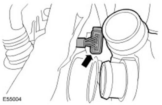 Снимите электроразъем привода геометрии турбокомпрессора
