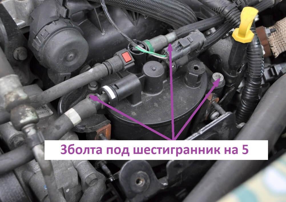 Выкручивание трех винтов, которые соединяют элемент с его кронштейном